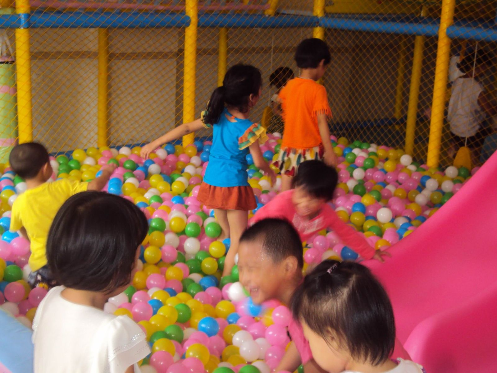 室内儿童游乐园就突显出了它的重要性来