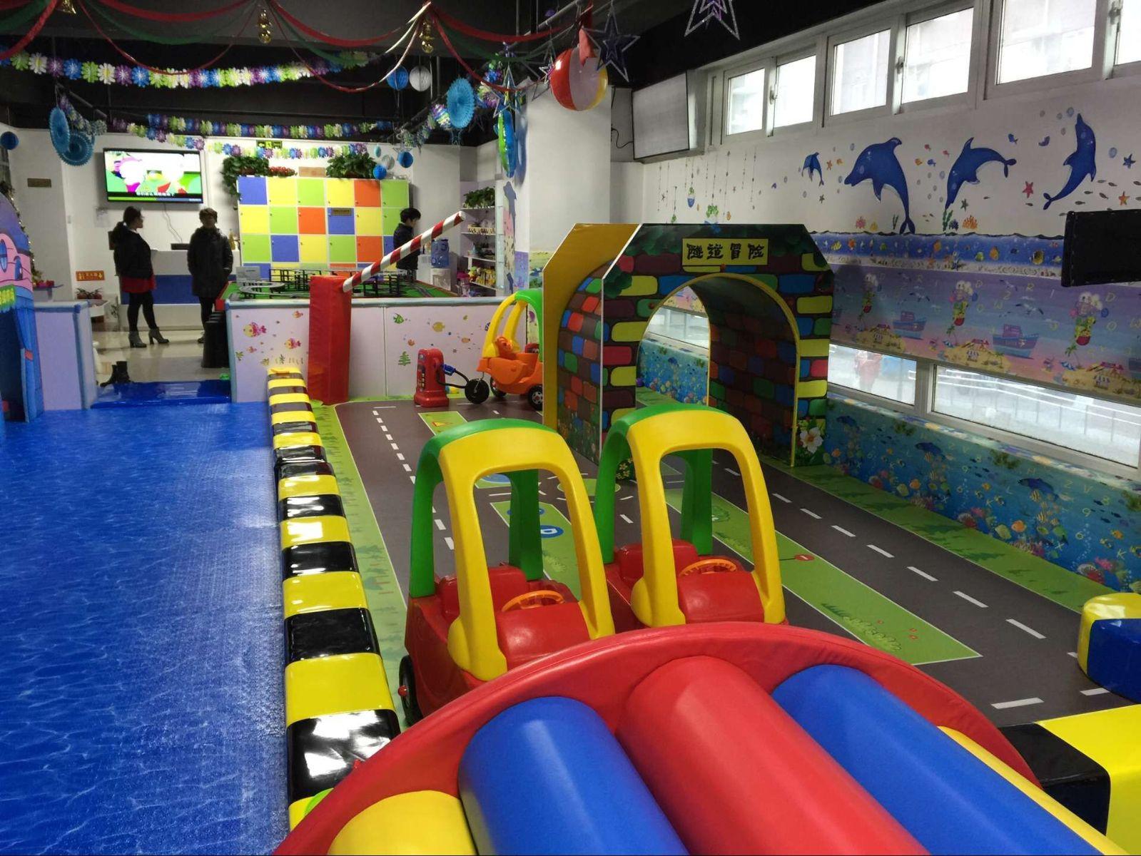 室内儿童游乐园是专门为0~6岁儿童提供成长所需的专业教育服务机构,有别于其他的游乐机构,儿童游乐园必须以儿童的安全为第一位。好玩、好动是孩子的天性,孩子最大的爱好是与同伴一起做各种游戏,而游戏也是孩子在园一日生活的一部分,对于孩子来说,凡是自己做的开心、玩得痛快的游戏他们都很喜欢。给孩子提供足够的活动空间,为孩子创设宽松、自由的心理环境。让孩子在足够的空间游戏时玩得开心!      室内儿童游乐园在下为您推荐开心哈乐很不错的。      一、好的有很多的,主要看公司信誉,背景,实力如何。      二